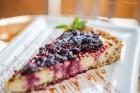 Cheesecake de maracujá com calda de amora e mirtilo